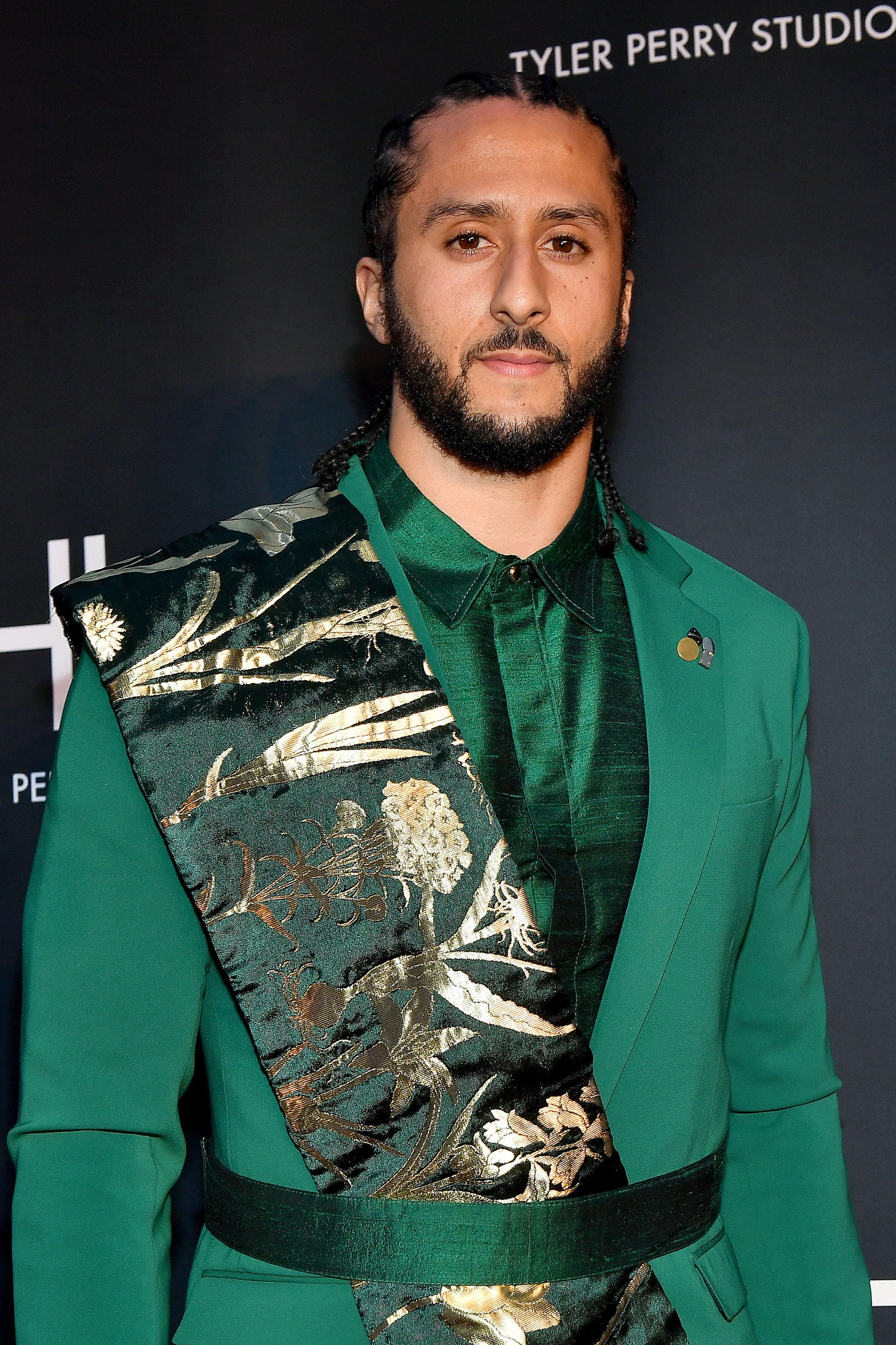 Colin Kaepernick started off his 32nd birthday by helping to feed the homeless people in Oakland, California. He handed out goods and paid for meals.